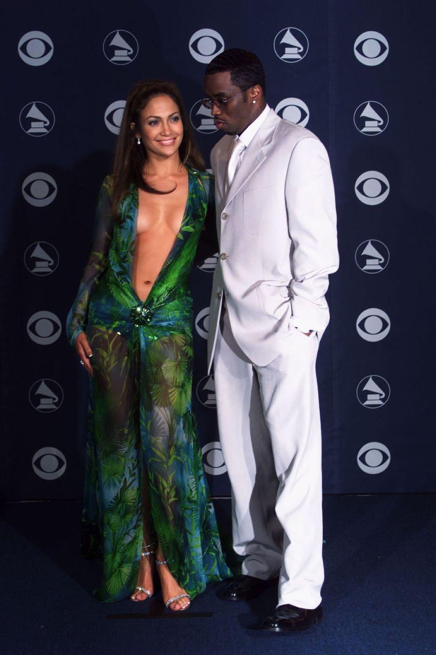 Jennifer Lopez dans sa Jungle Dress, à la cérémonie des 42e Grammy Awards (ici avec son compagnon de l'époque, Puff Daddy), le 23 février 2000.
