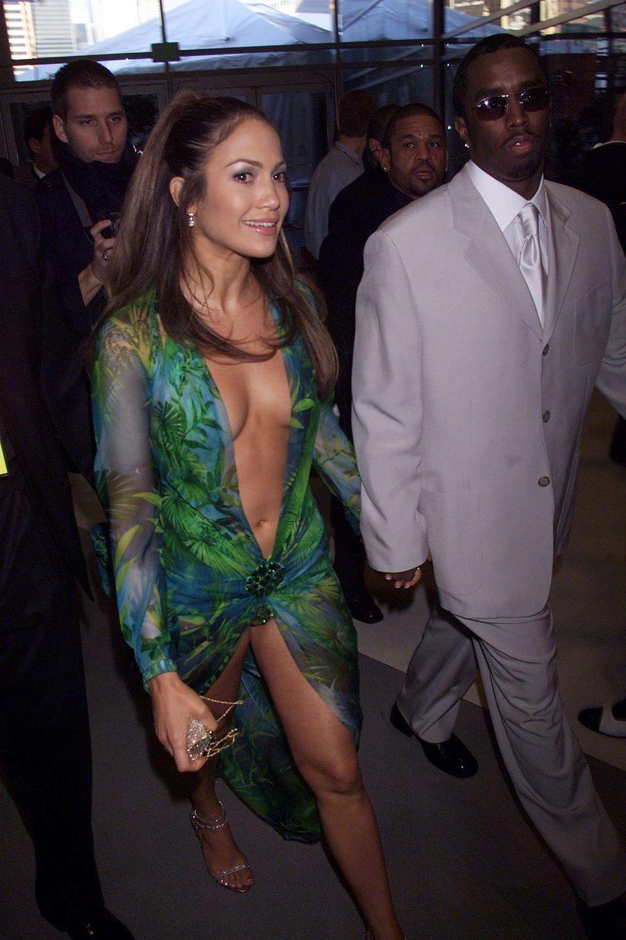 Jennifer Lopez dans sa Jungle Dress, à la cérémonie des 42e Grammy Awards(ici avec son compagnon de l'époque, Puff Daddy), le 23 février 2000.