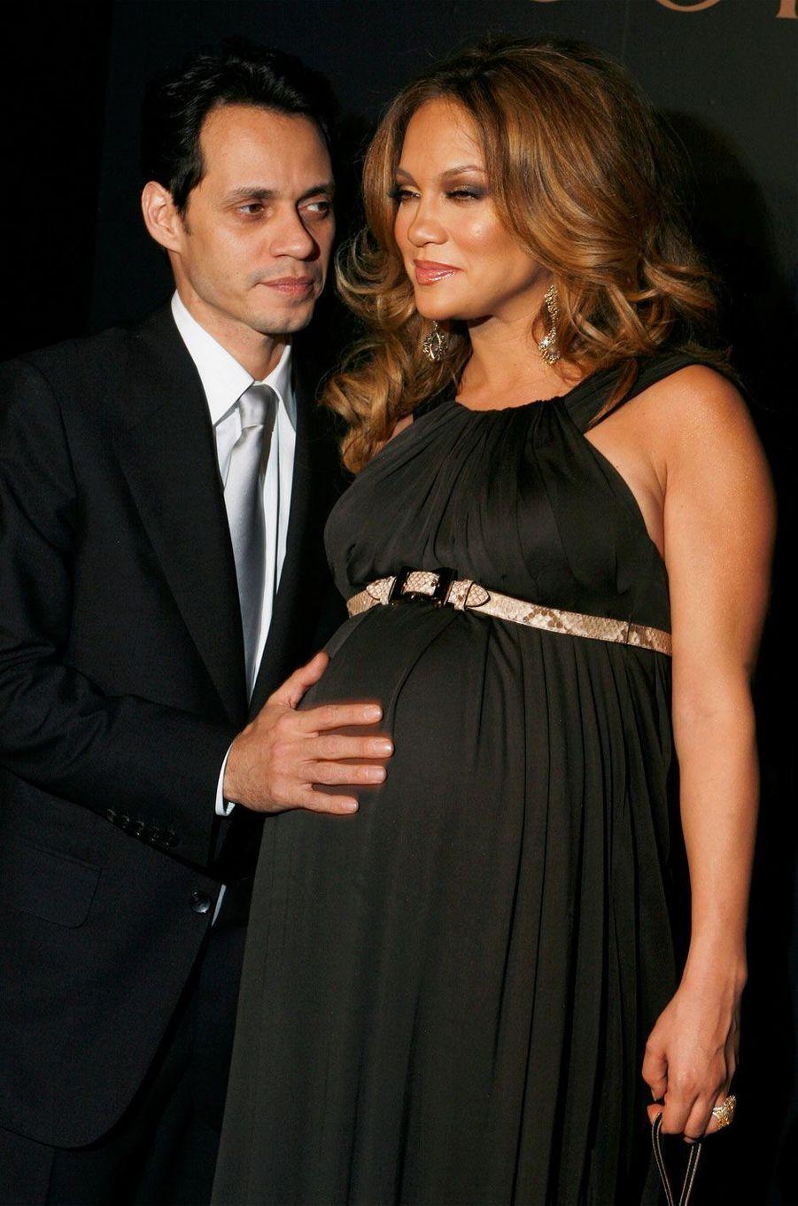 Jennifer Lopez et Marc Anthony (2008)Jennifer Lopez est enceinte des jumeaux, Max et Emme.