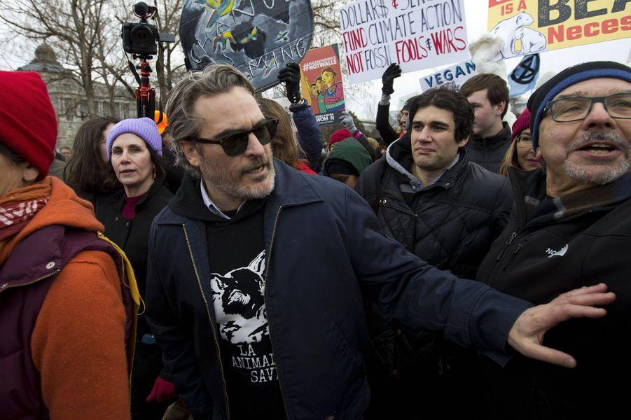 """Emmené par Jane Fonda, le collectif """"Fire Drill Friday"""" a manifesté sur les marches du Capitole américain vendredi. Certains manifestants dont Joaquin Phoenix ont été arrêtés par les forces de l'ordre."""