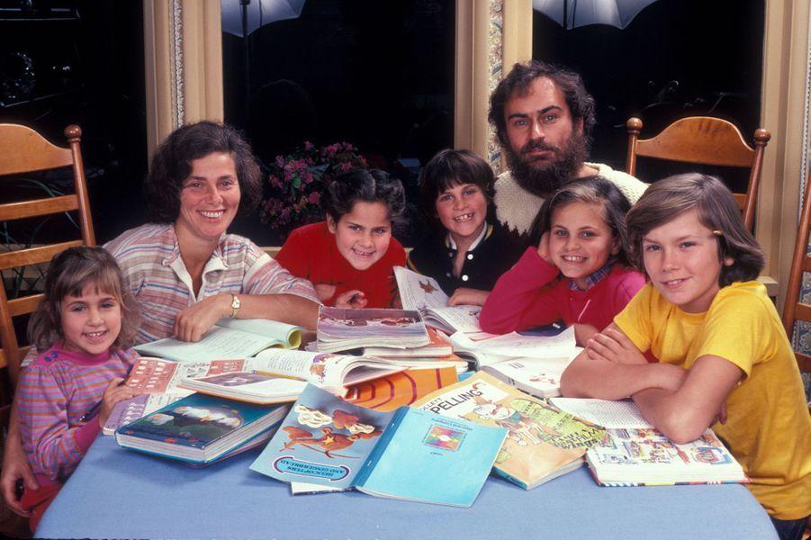 Joaquin Phoenix (quatrième en partant de la gauche) avec ses parents John et Arlyn et ses frère et soeurs Summer, Rain, Liberty et River en 1983