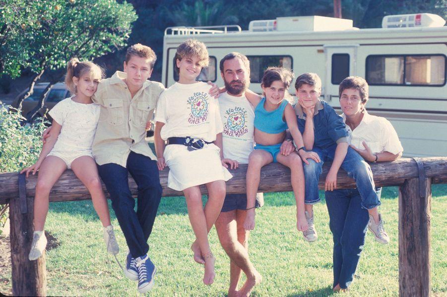 Joaquin Phoenix (deuxième en partant de la droite) avec ses frère et soeurs Summer, River, Liberty et Rain, et leurs parents John et Arlyn, au domicile familial de Los Angeles en 1986