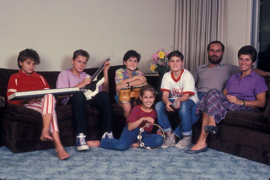 Joaquin Phoenix (troisième en partant de la droite) avec ses parents John et Arlyn et ses frère et soeurs Liberty, River, Rain et Summer, en 1985