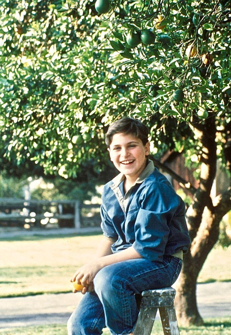 Joaquin Phoenix au pied d'un oranger au domicile familial à Los Angeles en 1985