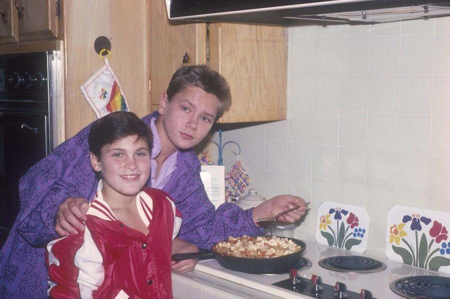 Joaquin Phoenix et son frère River dans la cuisine du domicile familial en 1985