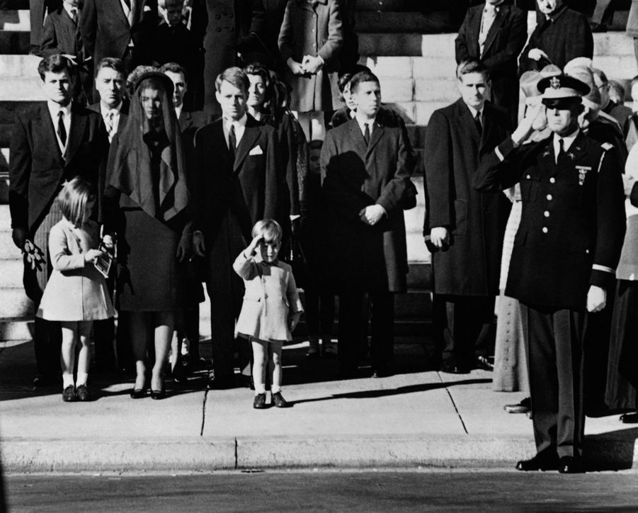JohnJr. salue le cercueil de son père, lors des funérailles de JFK, le 25 novembre 1963 à Washington DC.