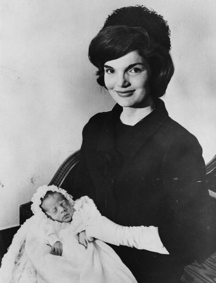 JohnJr. dans les bras de sa mère Jackie Kennedy, le 10 décembre 1960, 15 jours après sa naissance.