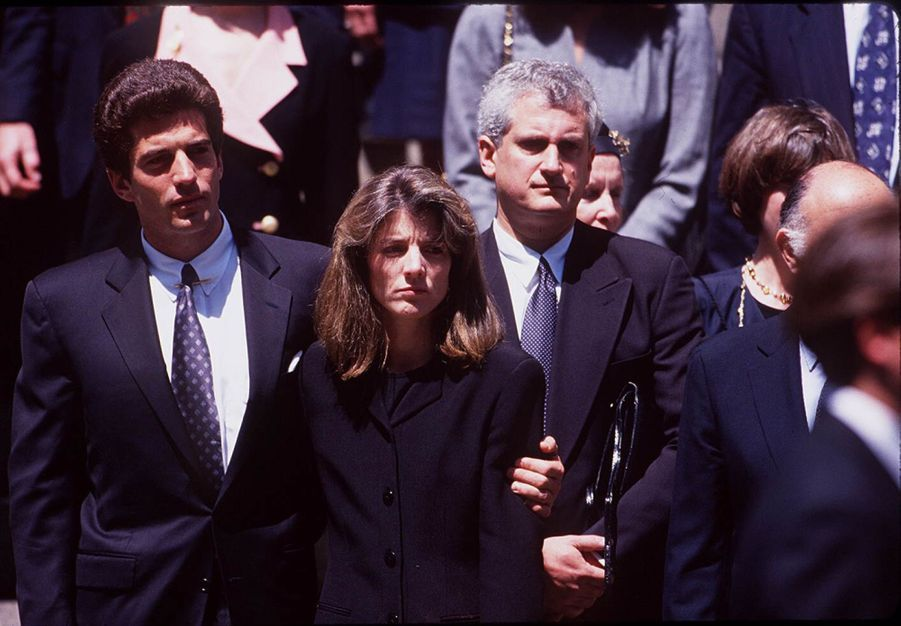 JohnJr. et sa soeur Caroline Kennedy aux funérailles de leur mère Jackie, le 23 mai 1994.