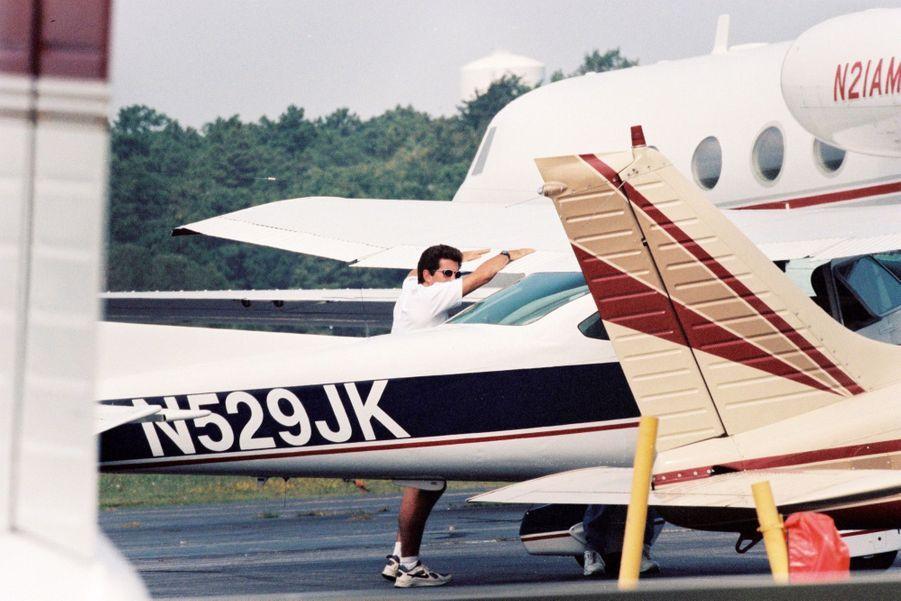 JohnJr. s'apprête à décoler avec son avion direction New York, depuis Hyannis Port en septembre 1998.