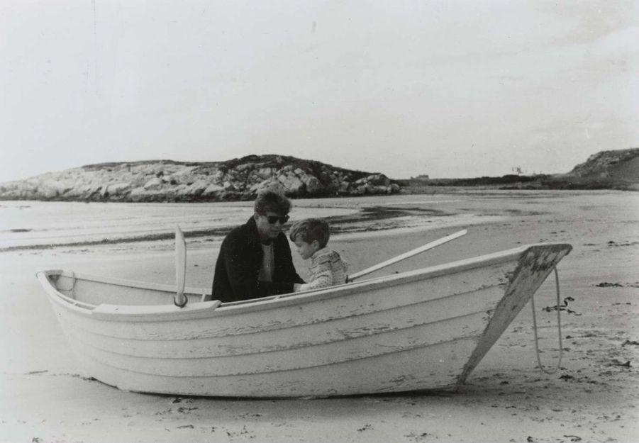 JFK et JohnJr. sur la plage de Hyannis Port, en 1963.