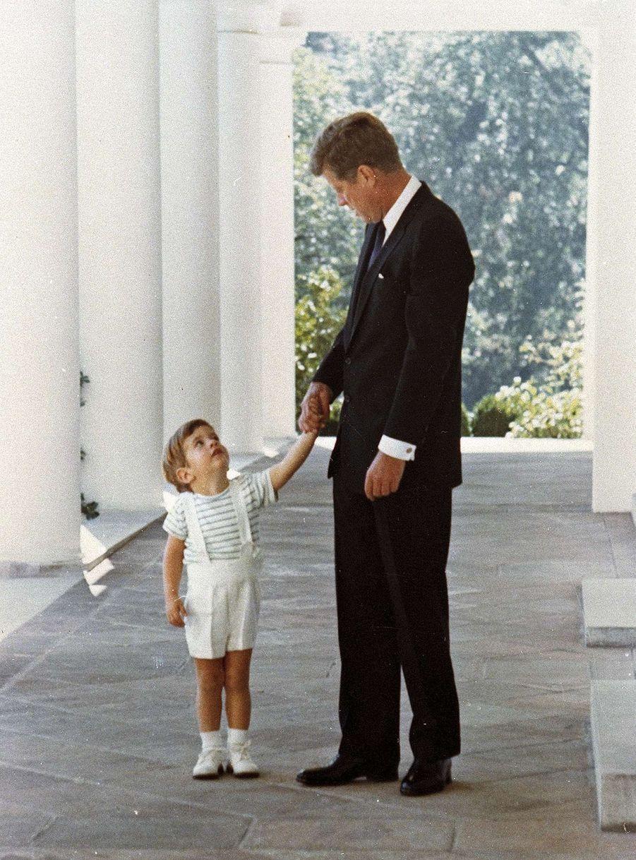 John Jr. et JFK à la Maison Blanche, en 1963.