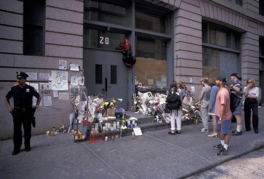 Les fleurs déposées au bas de l'appartement de John F Kennedy Jr. et son épouse Carolyn Bessette, le 19 juillet 1999.