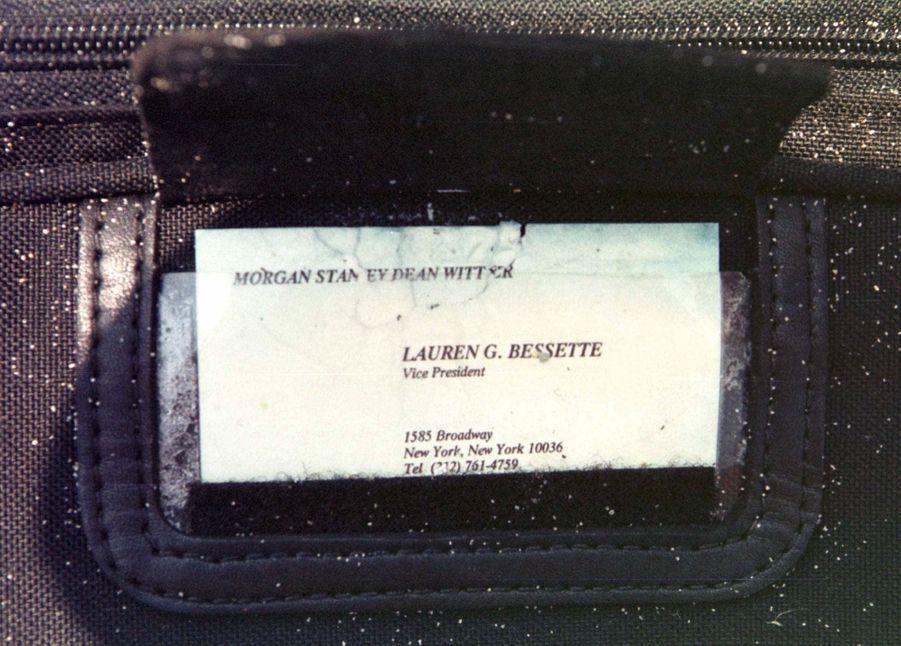 Dans la pochette d'identification du sac de voyage découvert samedi près de la plage de Philbin, à Gay Head, sur l'ile de Martha's Vineyard, la carte de visite de Lauren Bessette, la belle-soeur de John Kennedy Jr.