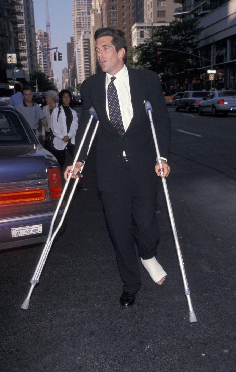 John John le 10 juin 1999, un mois avant sa mort, la cheville plâtrée suite à unaccident d'ULM fin mai.