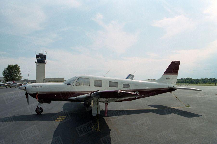 Un an après sa mort, Paris Match avait reconstitué le dernier jour de John John, le vendredi 16 juillet 1999 : ici, un avion Piper Saratoga II HP sur une piste de l'aéroport d'Essex.