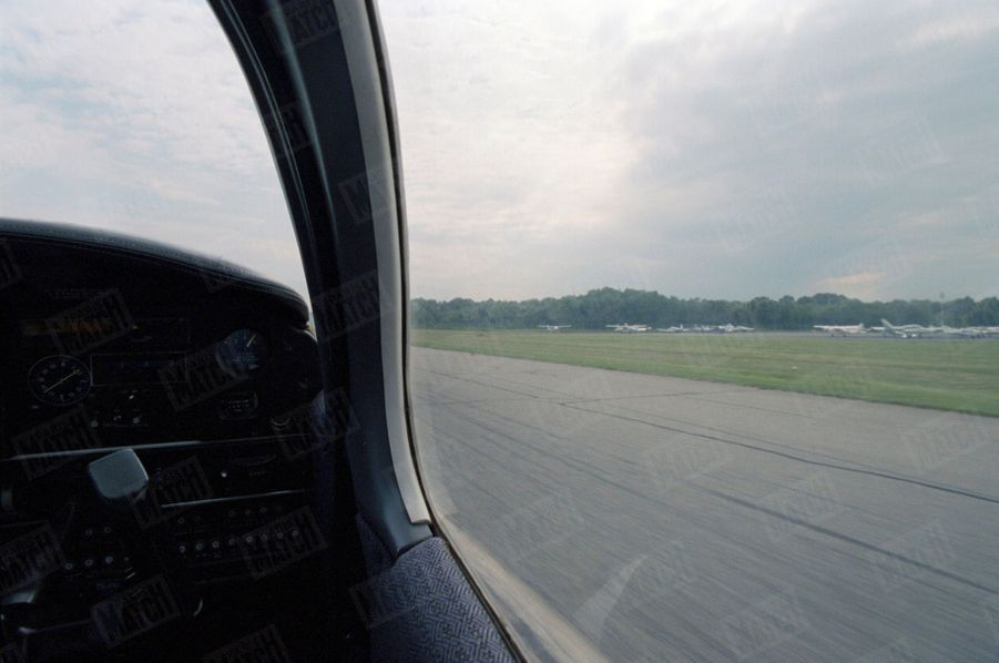Un an après sa mort, Paris Match avait reconstitué le dernier jour de John John, le vendredi 16 juillet 1999 : ici, à 20 h 38, le décollage de l'avion Piper Saratoga II HP d'une piste de l'aéroport d'Essex.