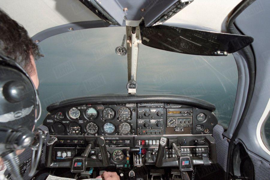 Un an après sa mort, Paris Match avait reconstitué le dernier jour de John John, le vendredi 16 juillet 1999 : ici, l'avion Piper Saratoga II HP en vol.