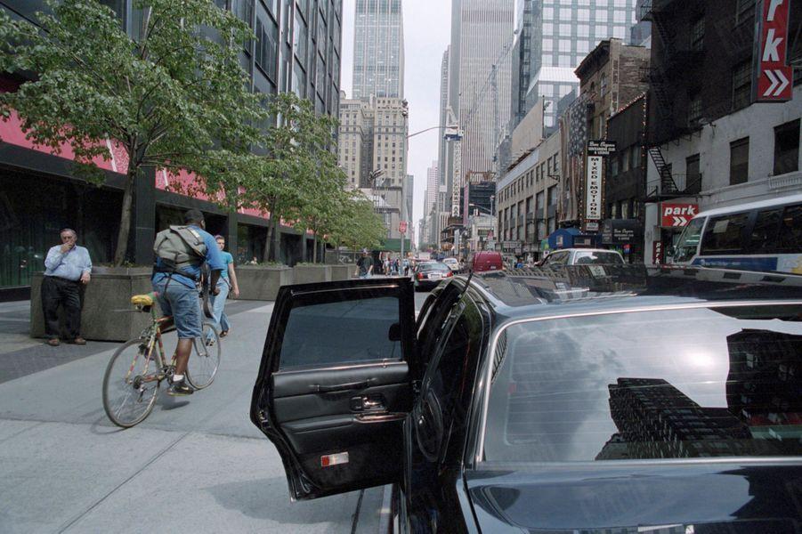 Un an après sa mort, Paris Match avait reconstitué le dernier jour de John John, le vendredi 16 juillet 1999 : ici, à New York, une voiture limousine garée sur la 50e Rue, la portière ouverte, identique à celle qui a conduit John John à son appartement, puis à l'aéroport d'Essex.