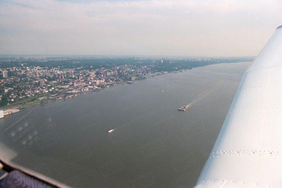 Un an après sa mort, Paris Match avait reconstitué le dernier jour de John John, le vendredi 16 juillet 1999 : ici, l'avion Piper Saratoga II HP survolant la Hudson River, près de New York.