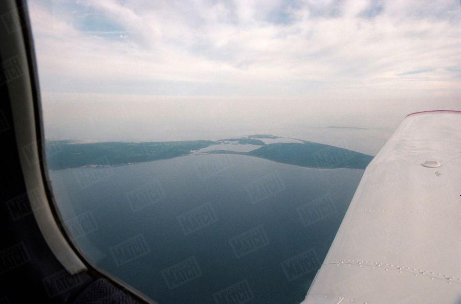 Un an après sa mort, Paris Match avait reconstitué le dernier jour de John John, le vendredi 16 juillet 1999 : ici, l'avion Piper Saratoga II HP survolant les côtes de l'île de Martha's Vineyard, non loin de là où s'est abîmé l'appareil de John John.