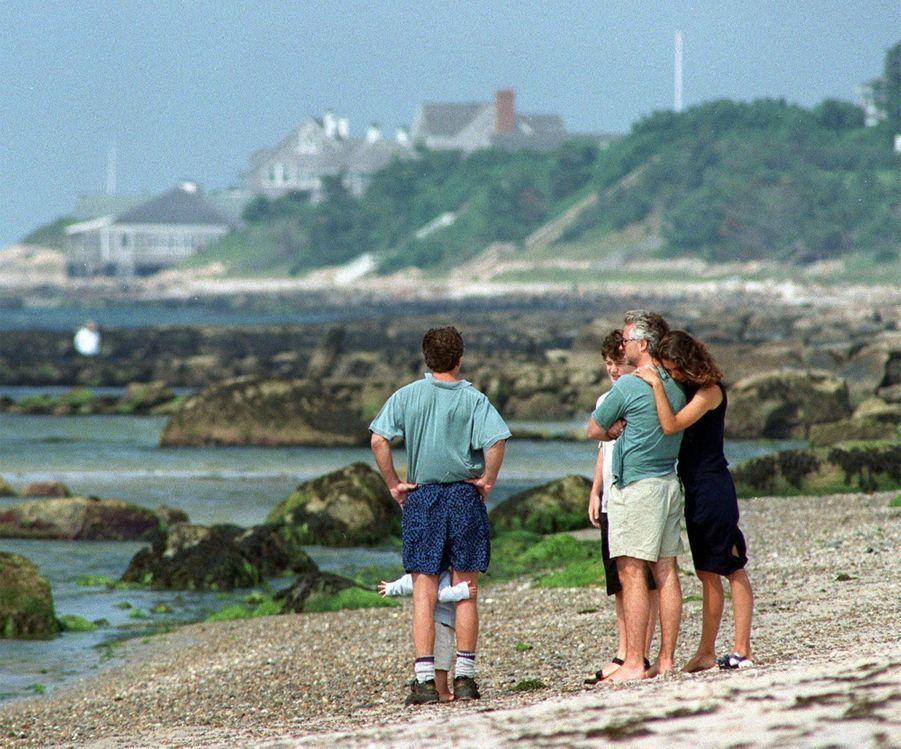 Sur la plage, près de la propriété familiale, Bob Kennedy Jr (à g.), son frère Max et son épouse Vicky, qui s'appuie sur son épaule, espéraient encore le samedi voir apparaître, à l'horizon, l'avion de John Jr.