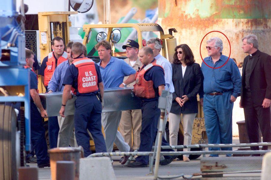 Les garde-côtes transportent le cercueil de John, sous le regard de Ted Kennedy (cercle rouge) qui va organiser les funérailles.