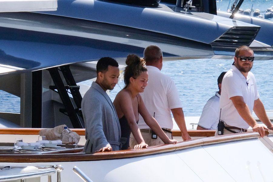 John Legend et sa famille en vacances sur un yacht en Italie le 4 juillet 2019.