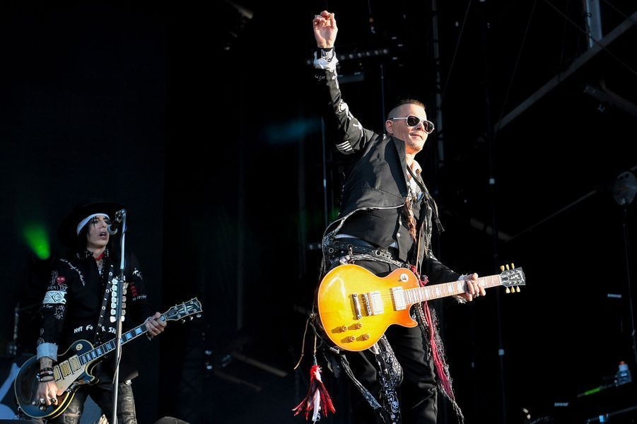 Johnny Depp et les Hollywood Vampires sur la scène du Hellfest, vendredi.