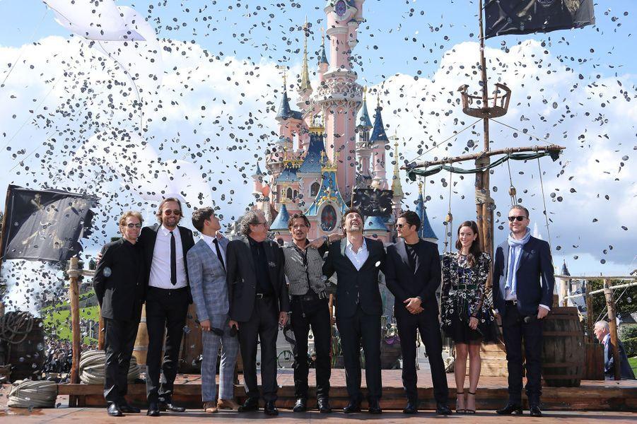 """Johnny Depp, Javier Bardem et toute l'équipe du film à Disneyland Paris pour la promotion de """"Pirates des Caraïbes : La Vengeance de Salazar"""", le 14 mai 2017."""