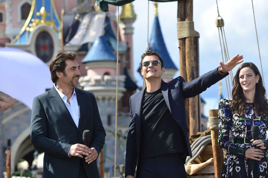 """Javier Bardem, Orlando Bloom et Kaya Scodelario à Disneyland Paris pour la promotion de """"Pirates des Caraïbes : La Vengeance de Salazar"""", le 14 mai 2017."""
