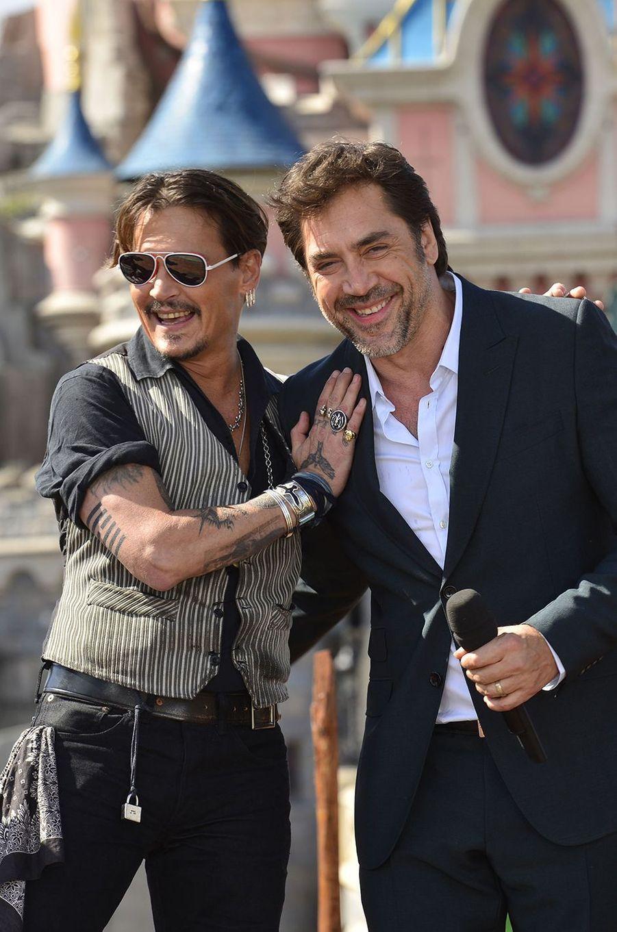 """Johnny Depp et Javier Bardem à Disneyland Paris pour la promotion de """"Pirates des Caraïbes : La Vengeance de Salazar"""", le 14 mai 2017."""