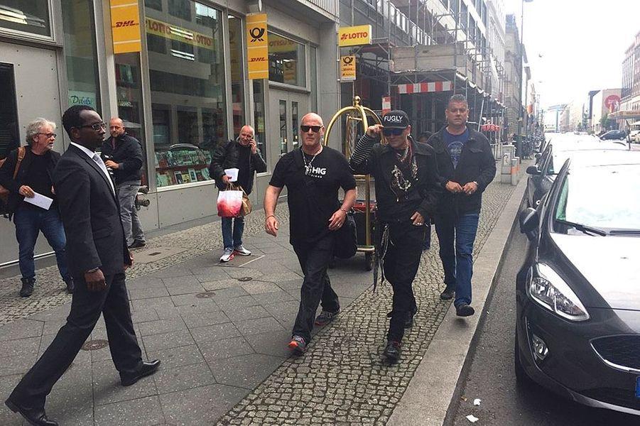 Johnny Depp dans les rues de Hambourg, en Allemagne, le 2 juin 2018.