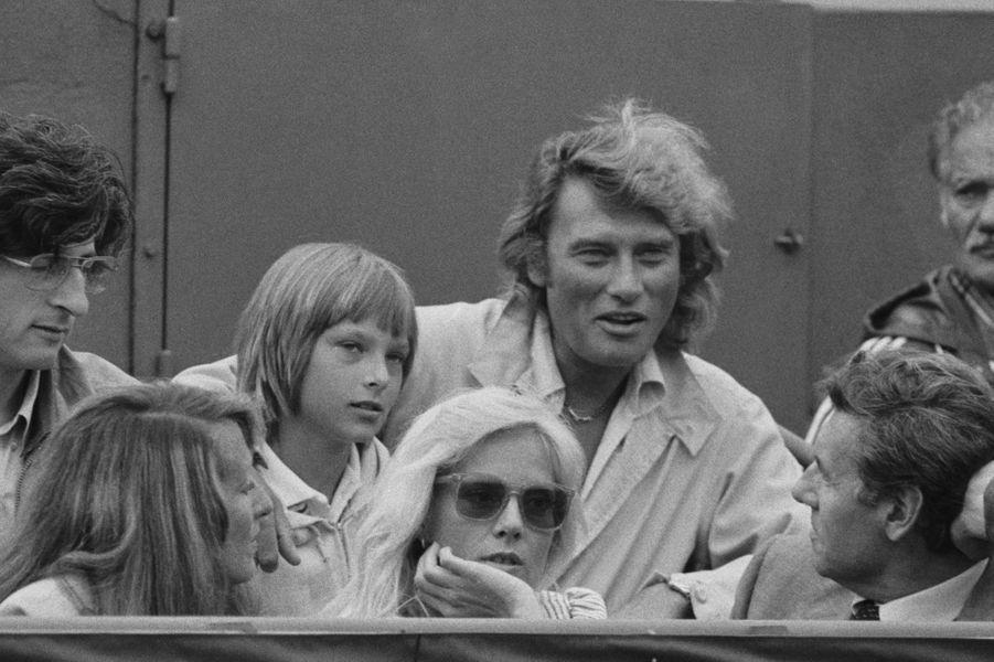 David Hallyday avec Johnny et Sylvie Vartan, au premier rang, dans les tribunes de Roland-Garros en 1979.
