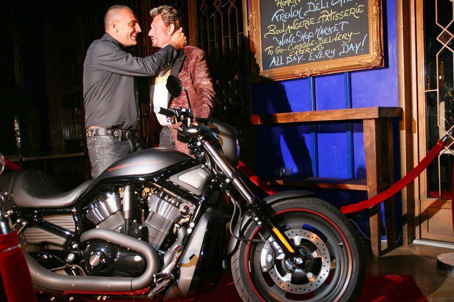 Le créteurChristian Audigier offre une Harley Davidson à Johnny Hallyday, le 15 juin 2007.