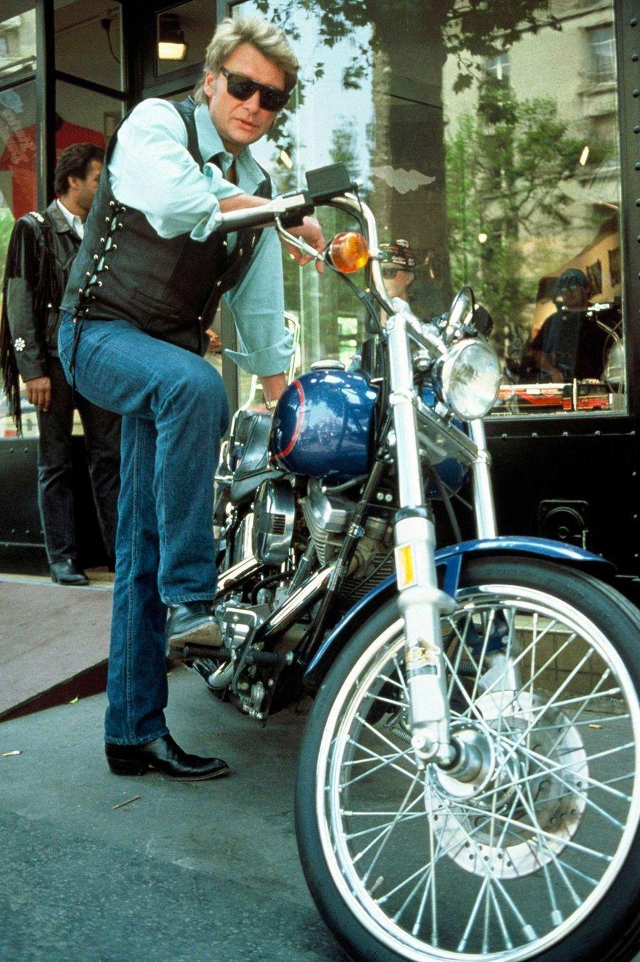 Johnny Hallyday achète une moto Harley Davidson pour son fils David, le 19 mai 1989.
