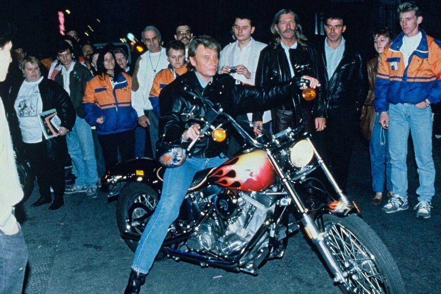 Johnny Hallyday lors d'une soiree Harley Davidson à Paris, le 18 juin 1991.