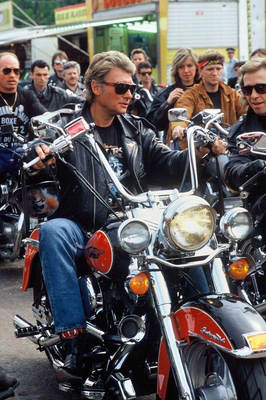 Johnny Hallyday lors du rassemblement de Harley Davidson à Paris, le 14 mai 1990.