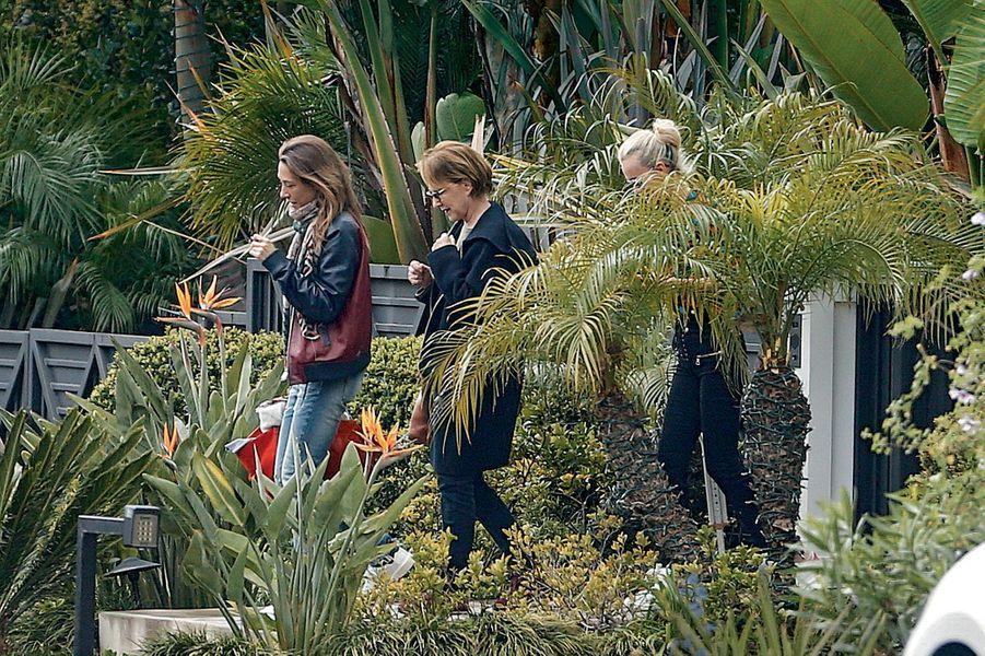 Dimanche 5 mars, Laura et Nathalie Baye vont reprendre l'avion pour Paris après avoir passé la journée avec Johnny. Derrière, Laeticia les accompagne jusqu'à leur voiture.