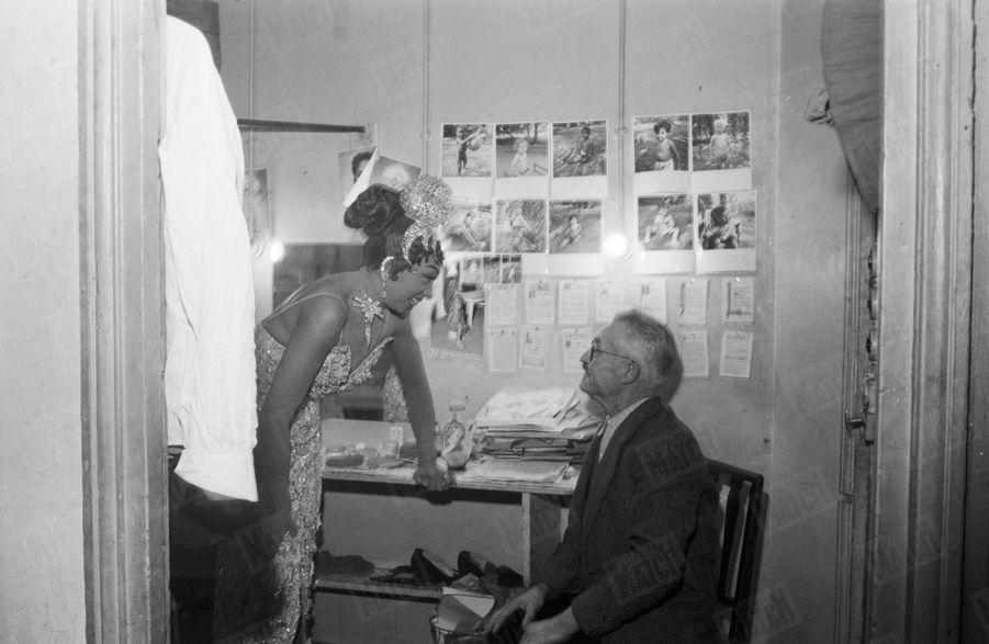 Joséphine Baker dans sa loge del'Olympiaavec « Pépère », le chiffonnier de Saint Ouen qui avait retrouvé dans une poubelle le bébé adopté par la chanteuse en décembre 1959.