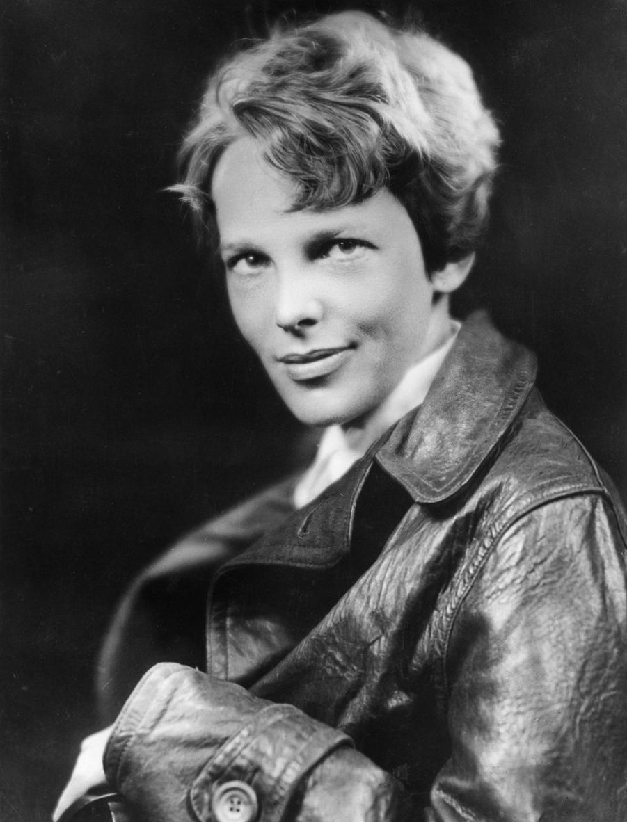 Amelia Earhart (1897- 1937) est célèbre pour avoir été la première femme à traverser l'océan Atlantique en avion.