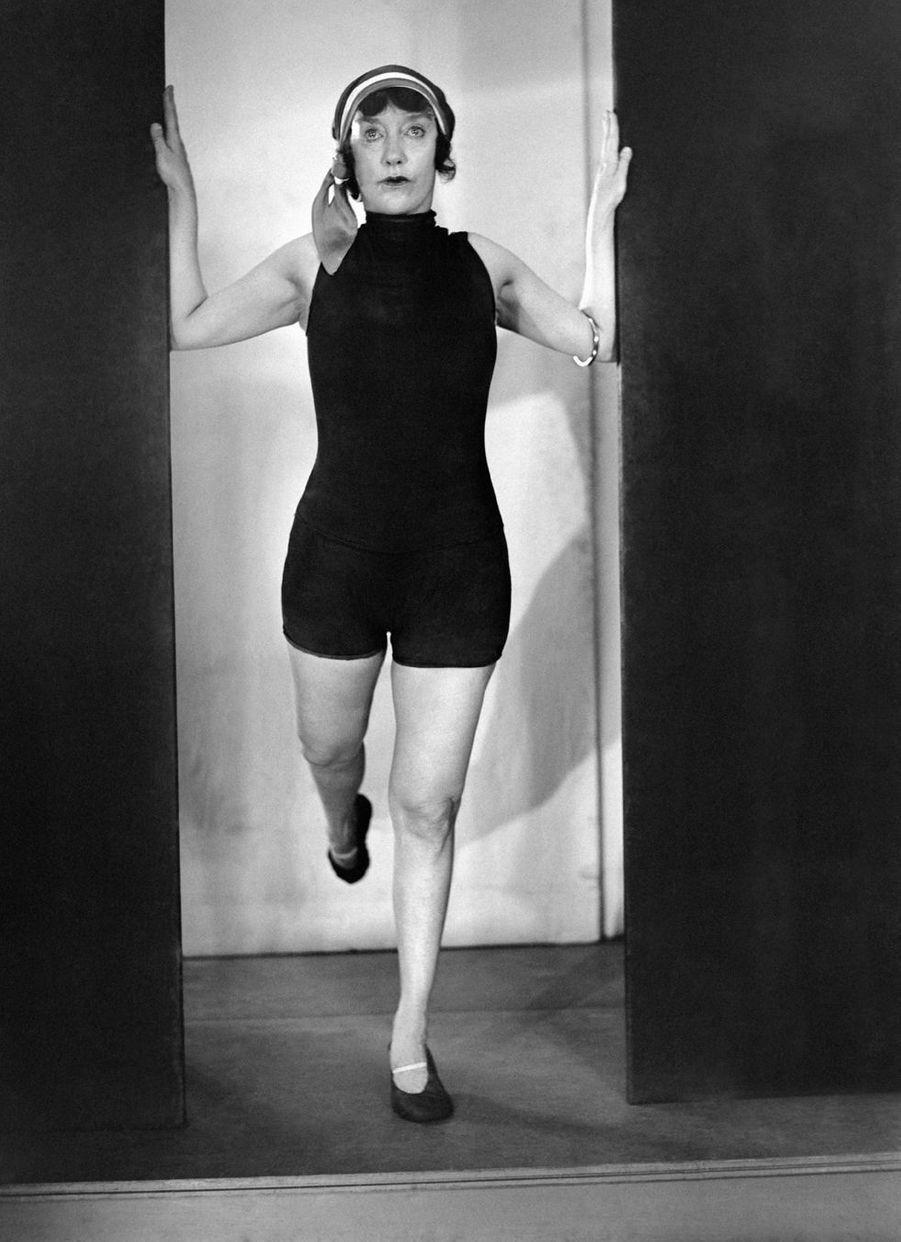 Sportive, actrice et entrepreneuse, Annette Kellerman (1886-1975) a su imposer ses idées en bravant les interdits et a ainsi révolutionné la natation, obtenant, non sans acharnement, le port du maillot de bain jusqu'alors proscrit.