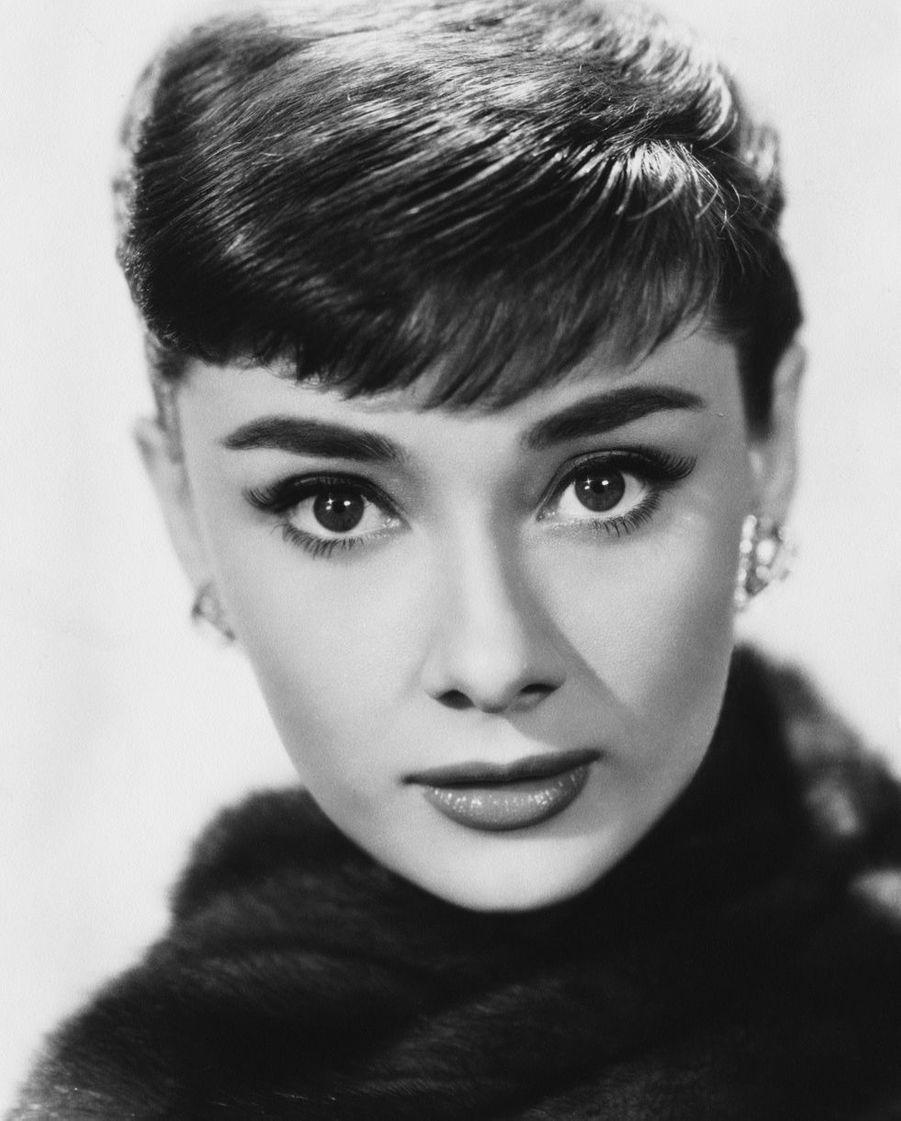 Audrey Hepburn (1929-1993) mettra fin à sa carrière d'artiste pour se consacrer à l'humanitaire devenant ainsi ambassadrice de l'Unicef.