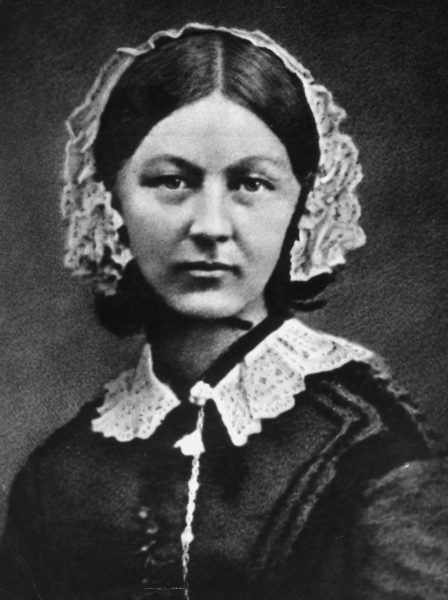 En mettant à profit son dévouement et ses compétences lors de la Guerre de Crimée, Florence Nightingale (1820-1910) fut considérée comme la pionnière des soins infirmiers modernes.