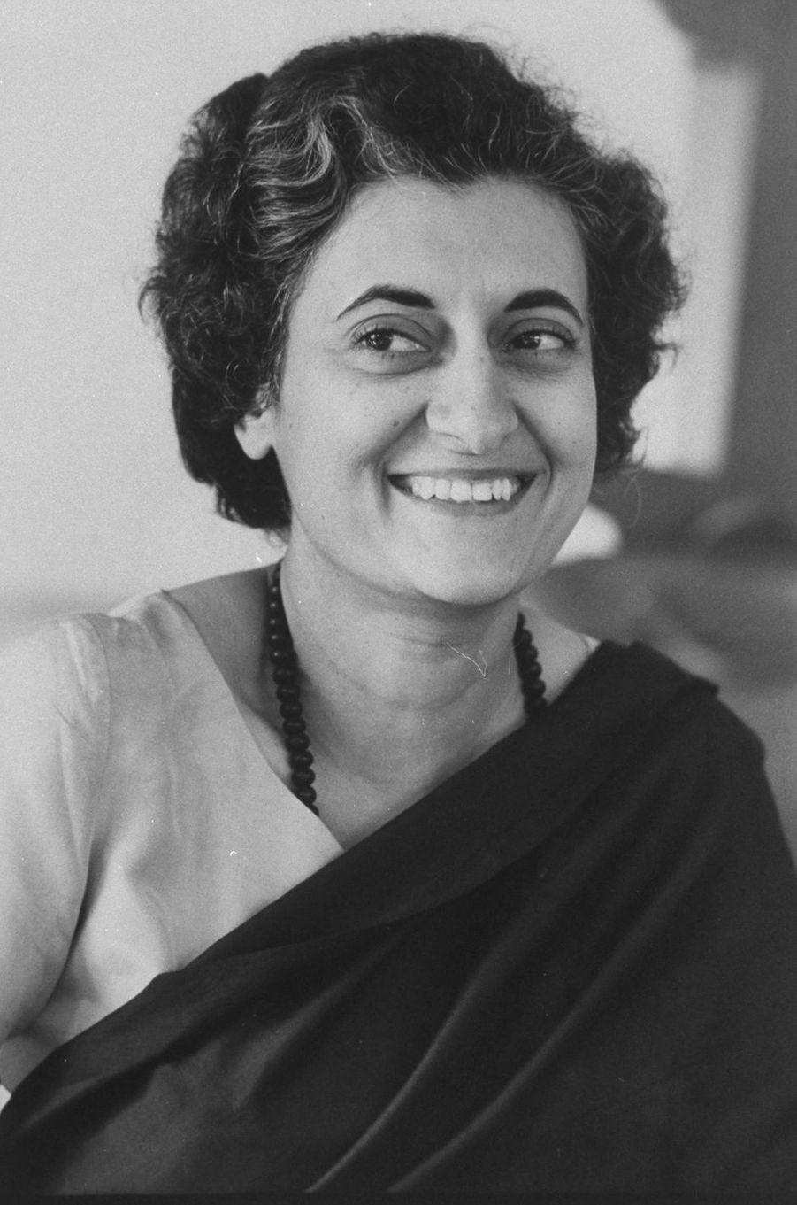 Indira Gandhi (1917-1984), deuxième femme au monde à avoir été élue démocratiquement à la tête d'un gouvernement, a donné de sa vie pour défendre son pays et ses idées.