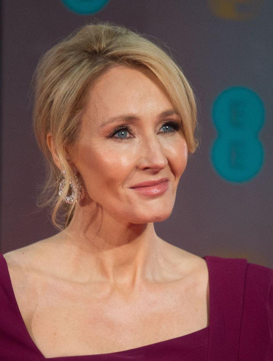 À l'origine du succès planétaire d'Harry Potter, J.K Rowling (53 ans) met ses talents au service de nombreuses associations de protection de l'enfance notamment en reversant les bénéfices d'œuvres inédites au profit de causes humanitaires.