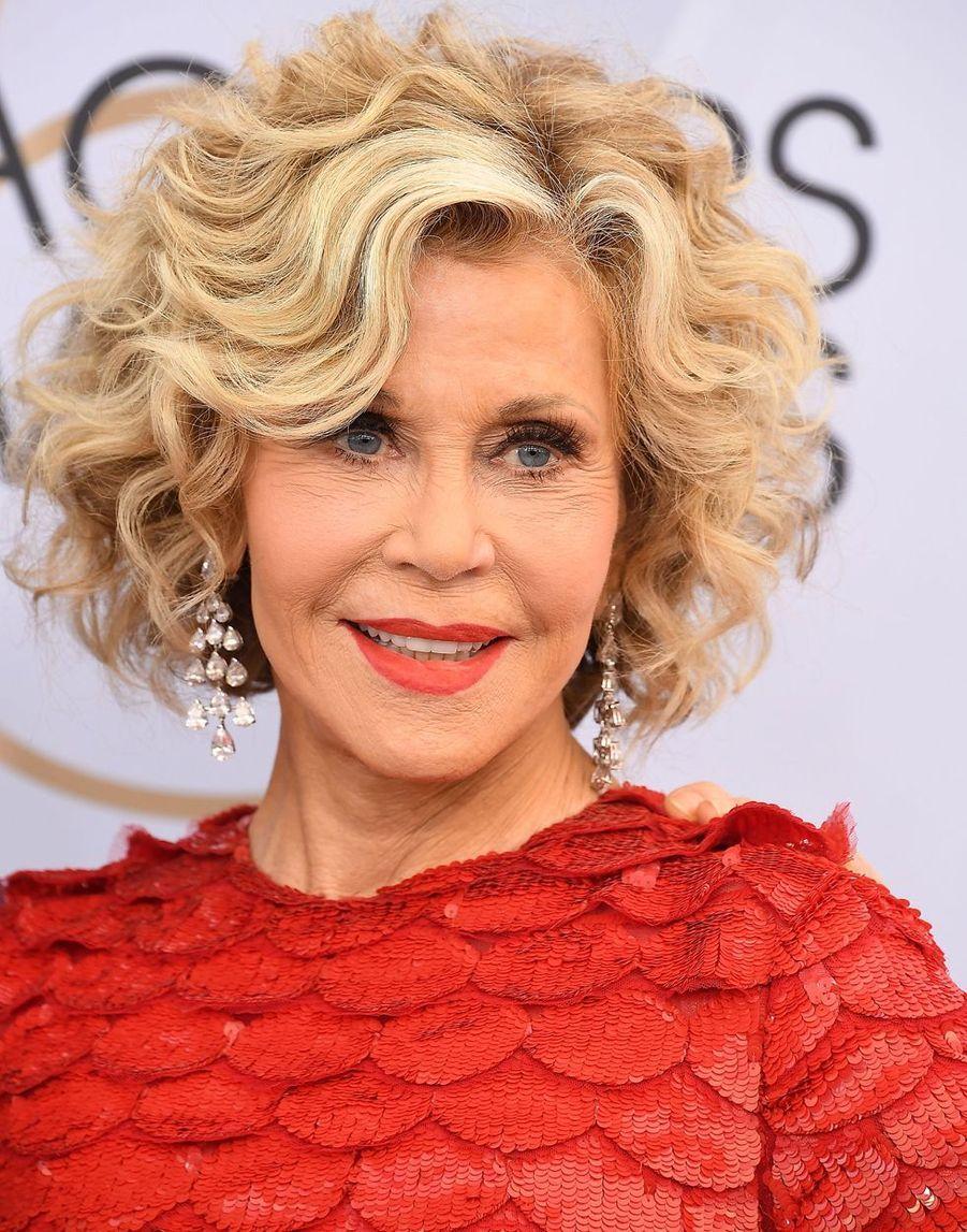 Jane Fonda (81 ans), actrice oscarisée s'inscrit dans un mouvement pacifiste et féministe. Elle co-fonde Women's Media Center, organisation qui vise à accroître la visibilité des femmes dans les médias.