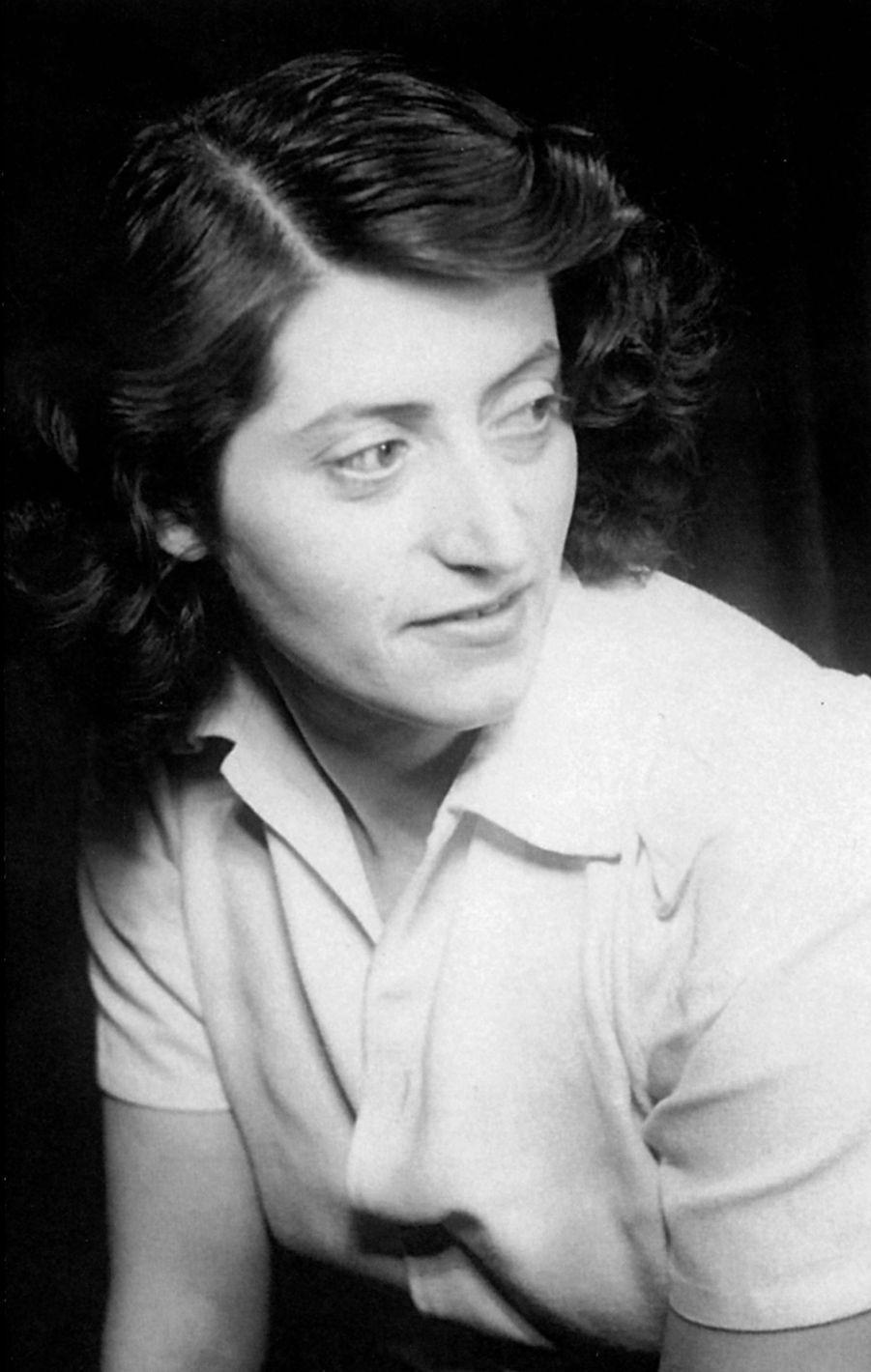 Lucie Aubrac (1912-2007) était une résistante française pendant la Seconde Guerre mondiale. Elle s'est appliquée à transmettre son histoire et les valeurs qui lui étaient rattachées aux établissements scolaires.