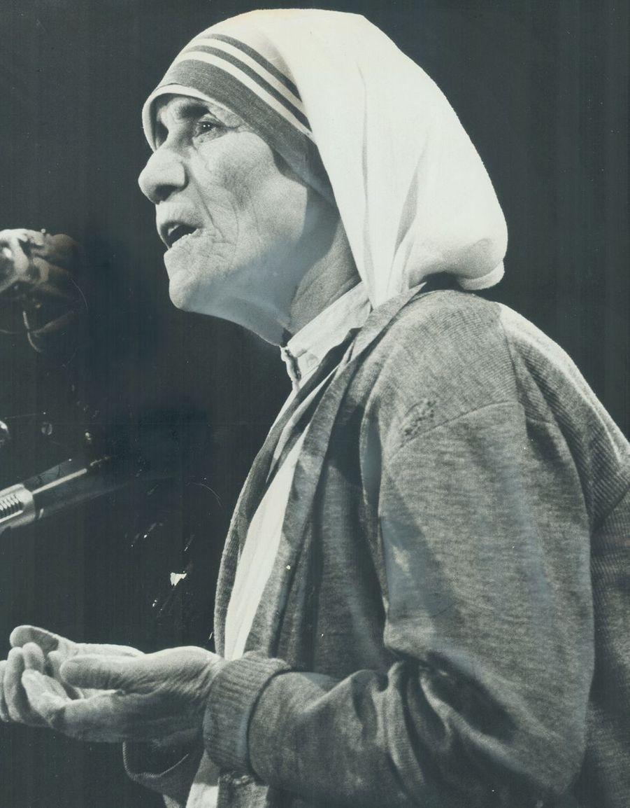 Symbole de dévouement, d'humanité et de douceur, Mère Teresa (1910-1997) disait «Ce qui est important, c'est l'intensité d'amour que vous mettez dans le plus petit geste.»