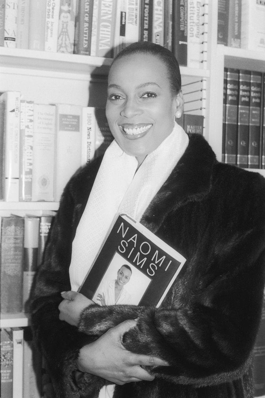 Véritable ambassadrice de la communauté noire sur les podiums, Naomi Sims (1948-2009) fut le premier mannequin noir à faire la Une de célèbres magazines.