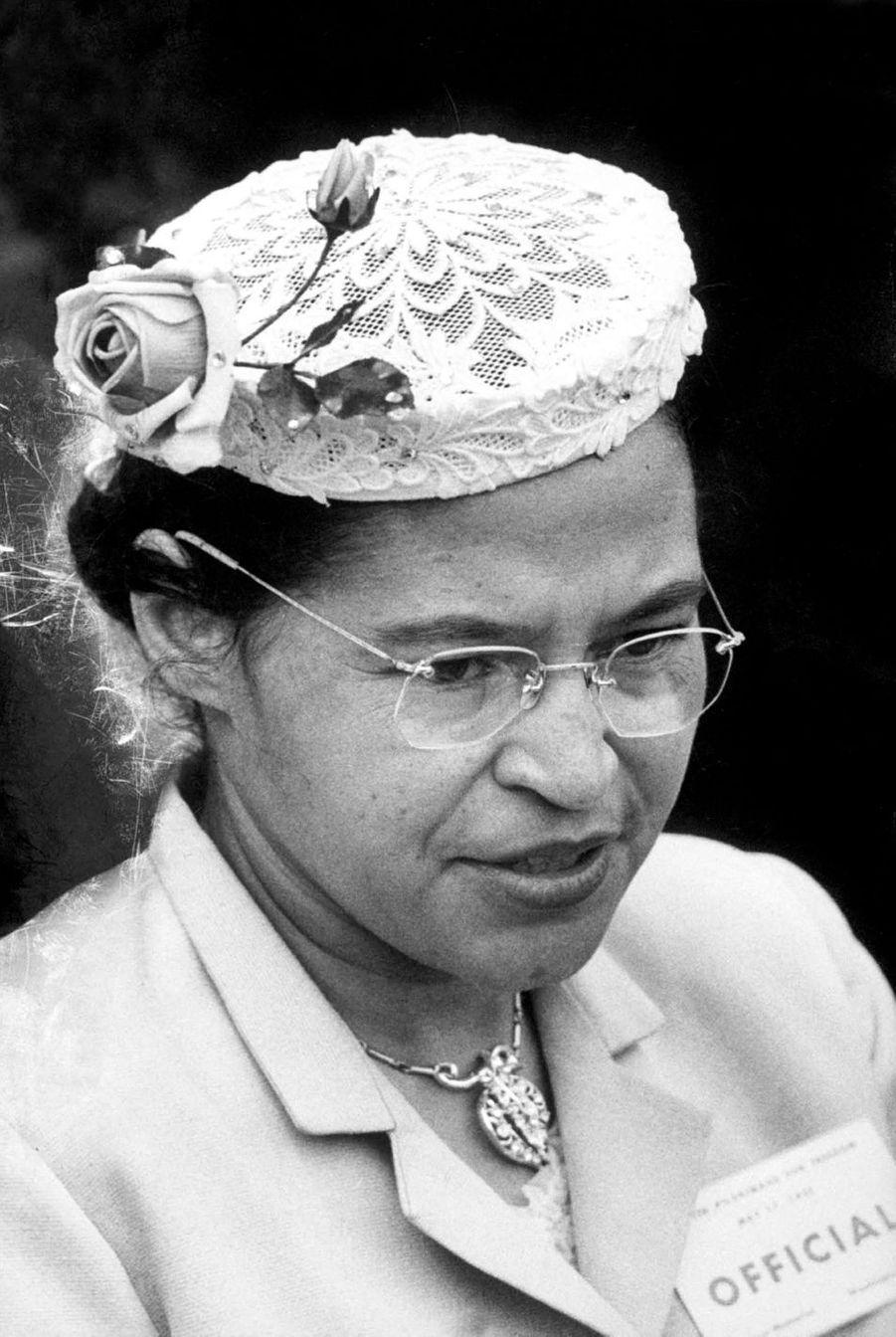 Par son courage, Rosa Parks (1913-2005) devint le symbole de la lutte contre la ségrégation raciale aux États-Unis